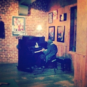 "Wilford ""88 Keys"" Wilson at his Monday night gig at Fellini's #9. Photo by Anita Byers."
